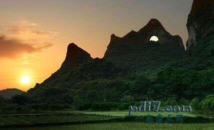 世界上著名的自然拱门Top3:月亮山